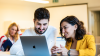 Dos personas viendo una computadora consultan material del test inglés IELTS gratis